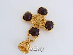 Auth Chanel 94a Vintage CC Red Stone Bell Motief Brooch Goldtone Ey688