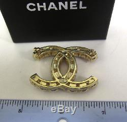 AUTH. Chanel CC logo pin brooch with pearl and pink crystals gold tone