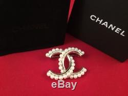 Chanel brooch pearl & strass / broche immaculate